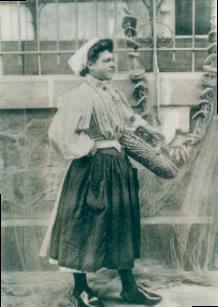 Une girase en costume devant les halles couvertes de St Gilles - 1896 Photo prêtée par Christophe Vidal.