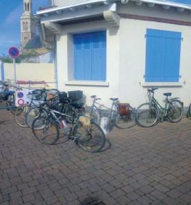 Stationnement «sauvage» des vélos à l'entrée du marché (rue du Puits Servanteau) (photo V.I.E.)